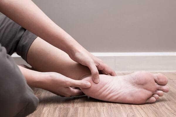 Nhức gót chân và cách massage giảm đau gót