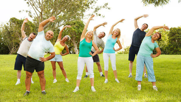 Kết quả hình ảnh cho người già tập thể dục ngoài trời